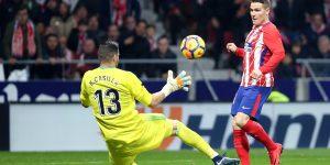 Gameiro pica el balón ante Casilla en el derbi entre Atlético y Real Madrid.