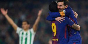 Luis Suárez y Messi celebran un gol al Betis.