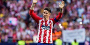 Torres saluda a la afición.